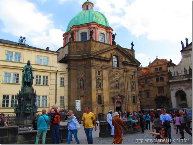 Пам'ятник Карлу IV і туристи на площі біля Карлового мосту