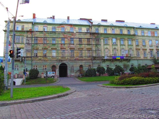Будівля Національного академічного український драматичного театру ім. Марії Заньковецької з риштуваннями навколо