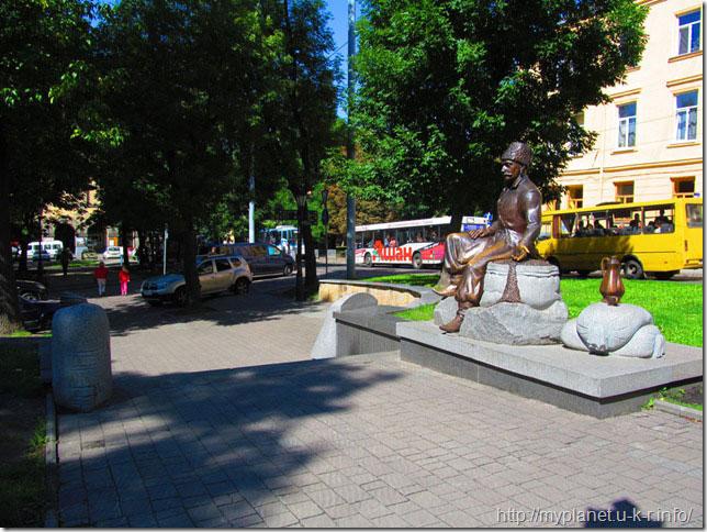 Памятник Юрию-Францу Кульчицкому - вид сбоку