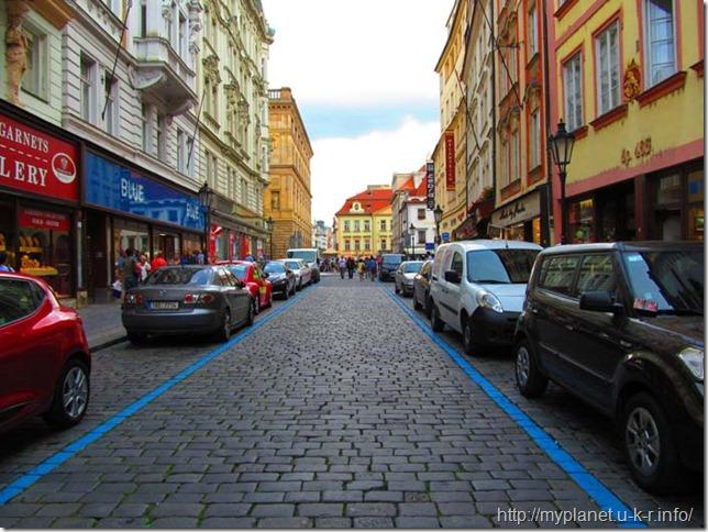 Синяя разметка дорог в Праге
