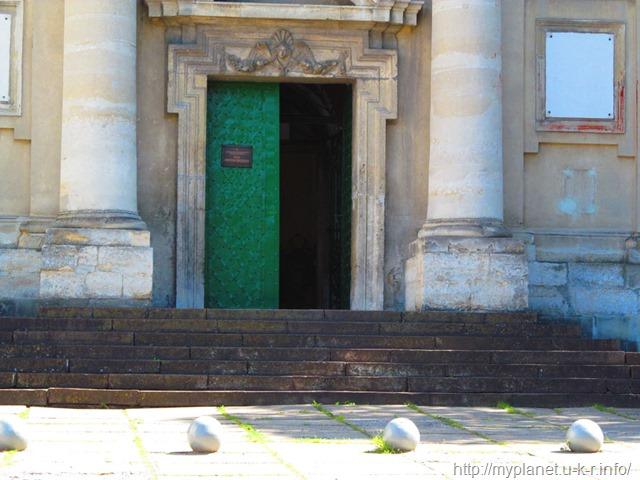 Бронзові кулі перед входом до церкви Стрітення Господнього
