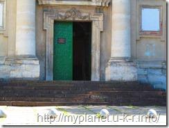 Бронзовые шары перед входом в Церковь Сретения Господня