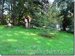 Непонятные деревянные скульптуры возле Церкви Сретения Господня