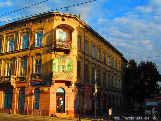 Будиночок з красивими балконами