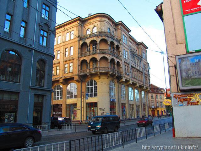 Ще старовинний будинок з балконами