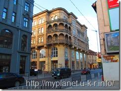 Еще старинный дом с балконами