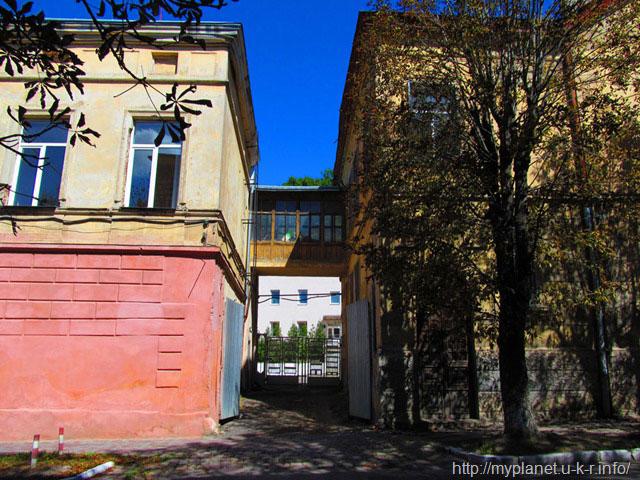 Перехід між будинками