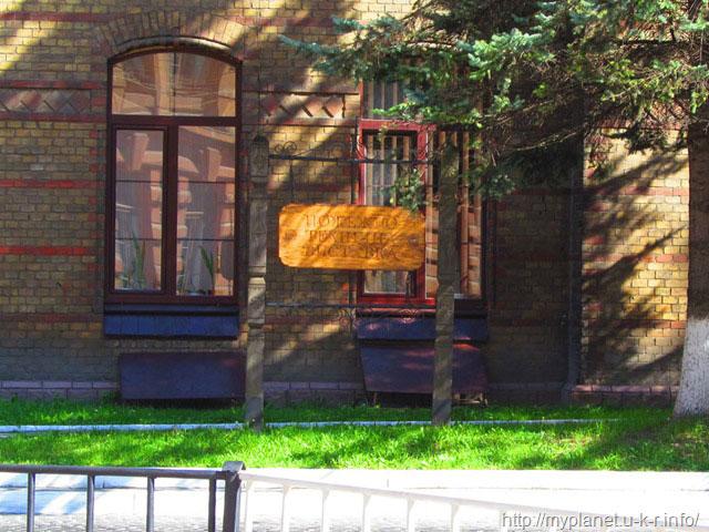 Дерев'яні вивіски підкреслюють старовинний колорит Львова