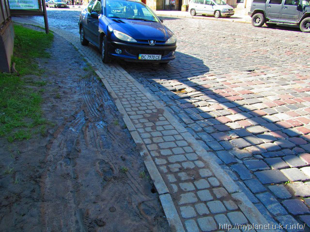 Припаркована на тротуарі машина