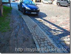 Припаркованная на тротуаре машина