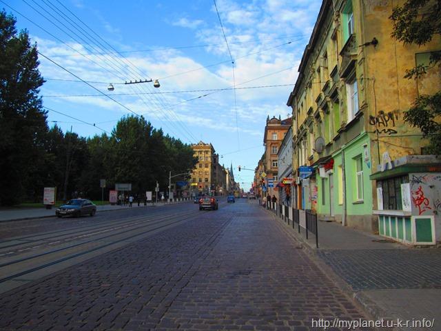 Широка вулиця з вузьким тротуаром