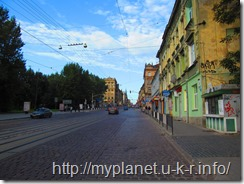 Широкая улица с узким тротуаром
