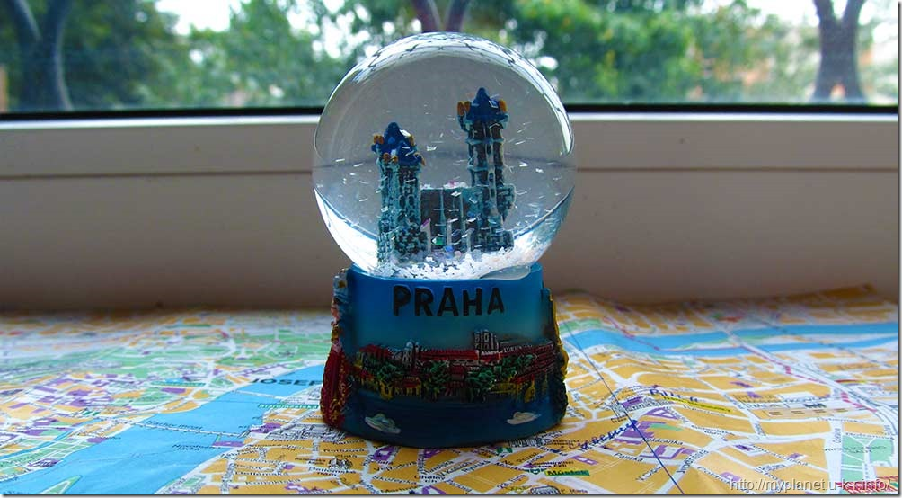 Мои сувениры с Праги - снежный шар и карта