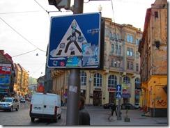 Обклеянный знак перехода и обрисованные стены на занем плане
