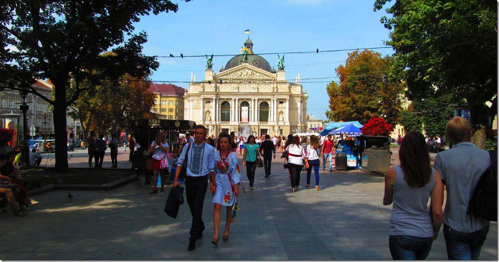 Парочка украинцев на фоне Львовского оперного театра