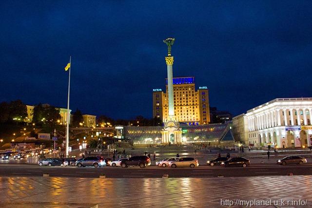 Монумент Незалежності України вночі