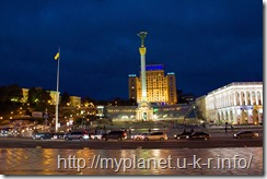 Монумент Независимости Украины ночью