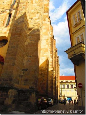 А улочки в Праге, действительно, узкие!