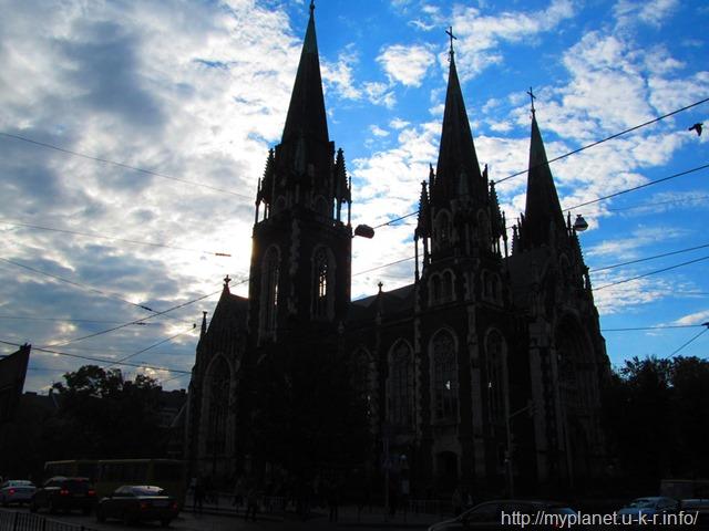 Силует церква святих Ольги і Єлизавети ввечері на фоні голубого неба