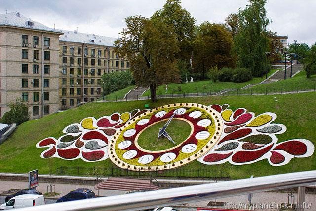 Квітковий годинник на Майдані Незалежності в 2013 р.