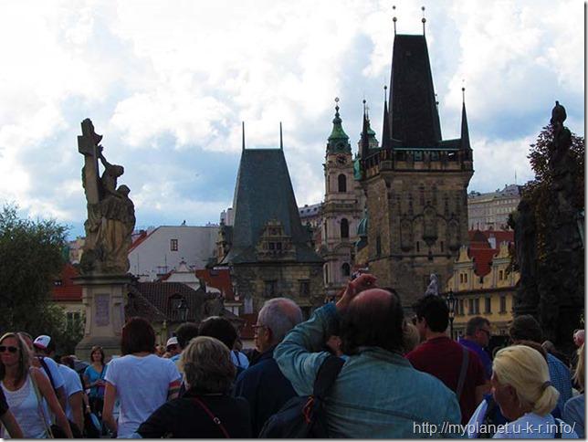 Малостранские мостовые башни и толпы туристов на мосту