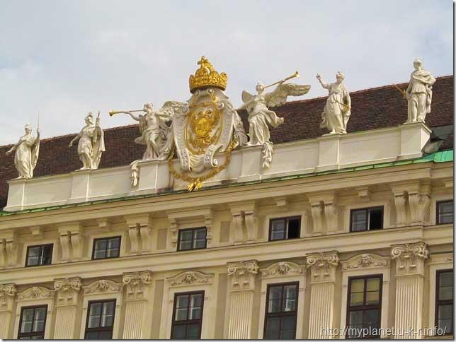 Символ австрійської корони на даху палацу