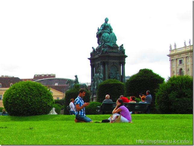 Сквер біля пам'ятника Марії-Терезії