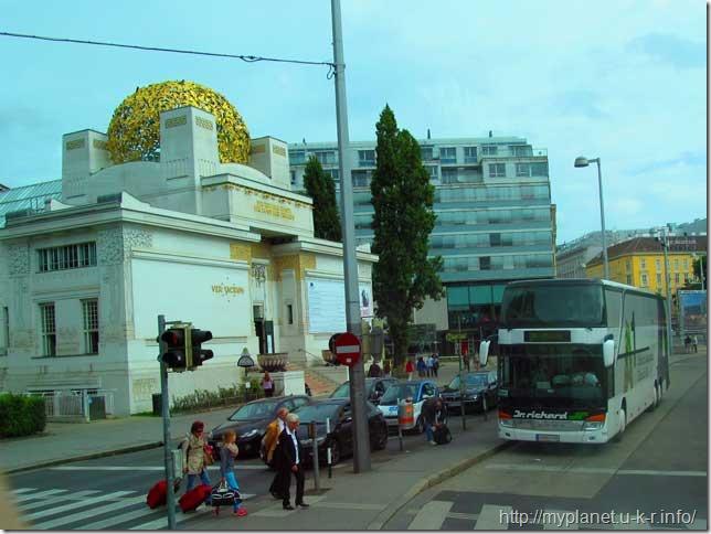 Будинок сецесіону у Відні і туристичний автобус поряд з нею