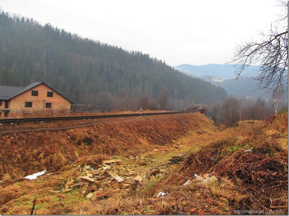 Гарний краєвид гір і сміття на передньому плані ((