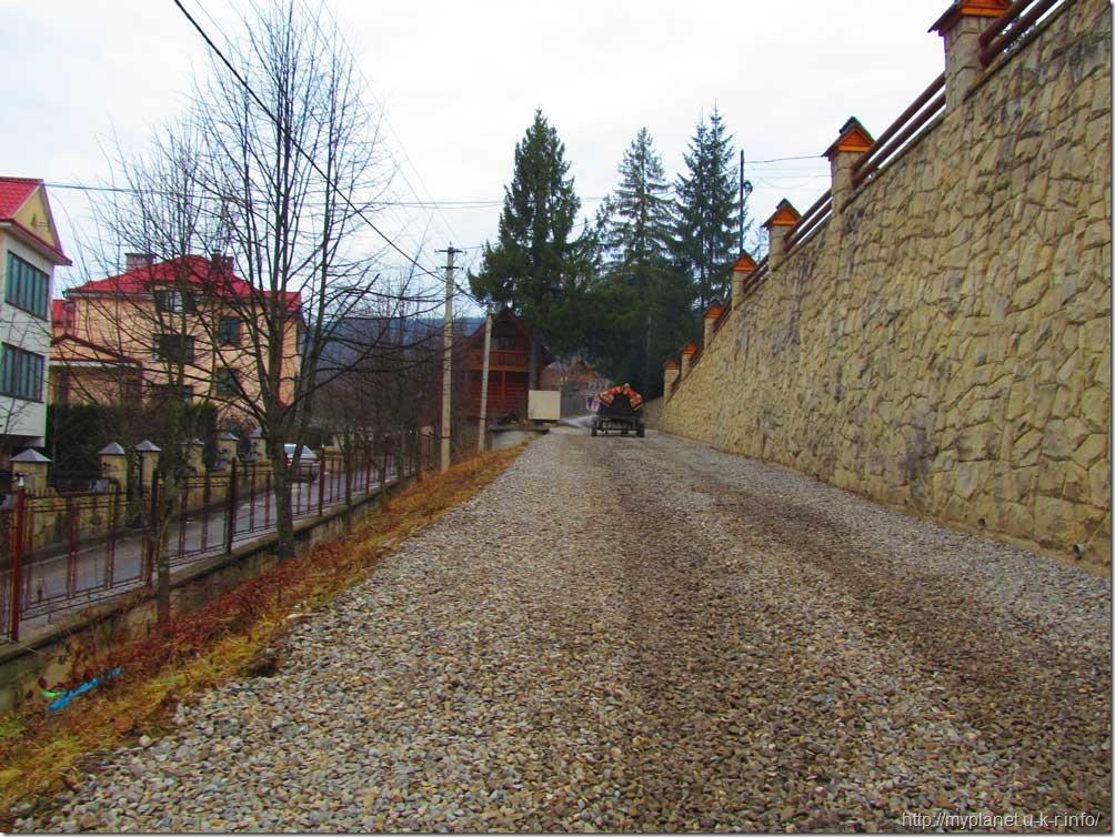 Колоритна вулиця, яка веде до зоопарку Яремче