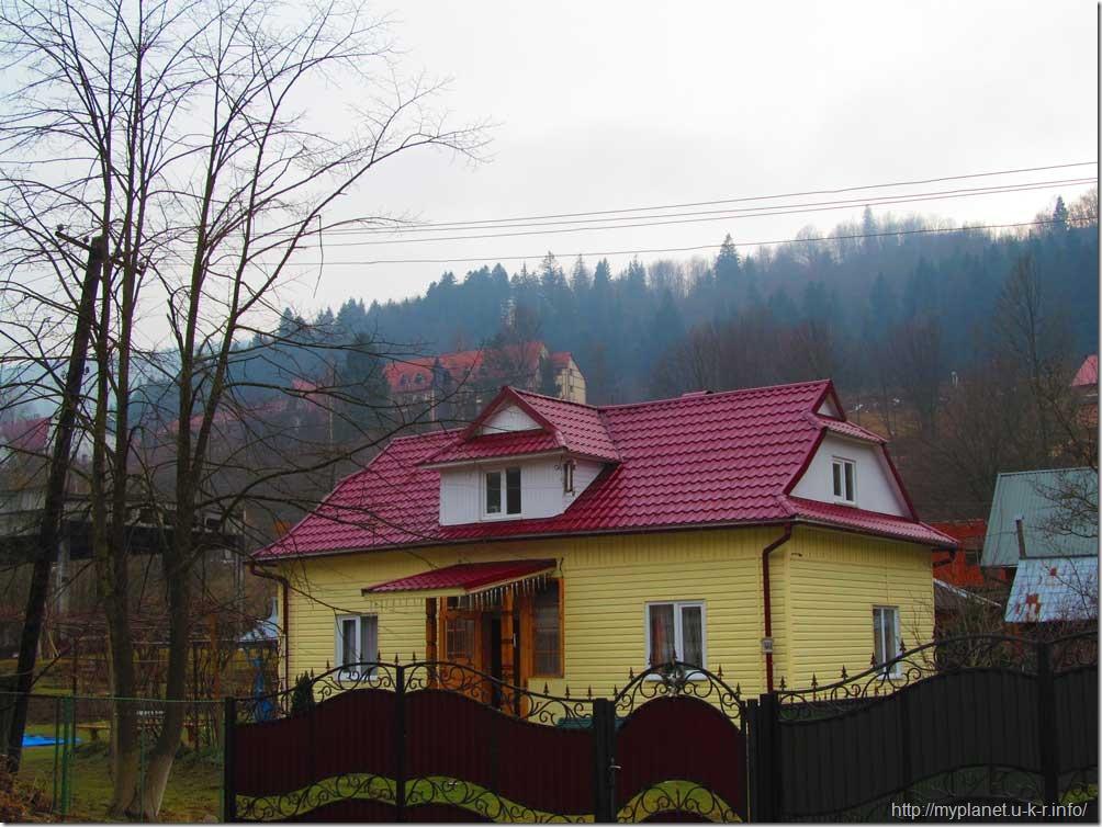 Яркий красочный домик в Яремче
