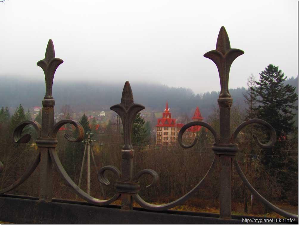На задньому плані - готель в Яремче - ніби замок за високим парканом