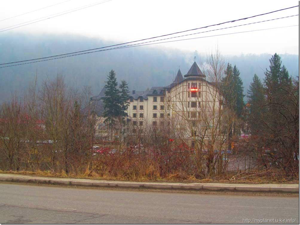 Еще один багатоповерховий готель серед гір