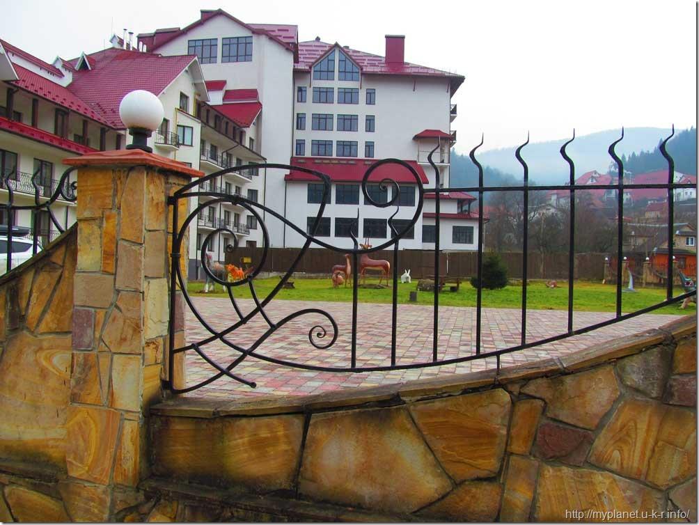 Красивая гостиница с фигурами животных во дворе