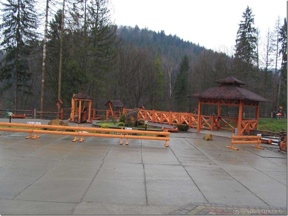 Площадка для отдыха с деревянымы предметами