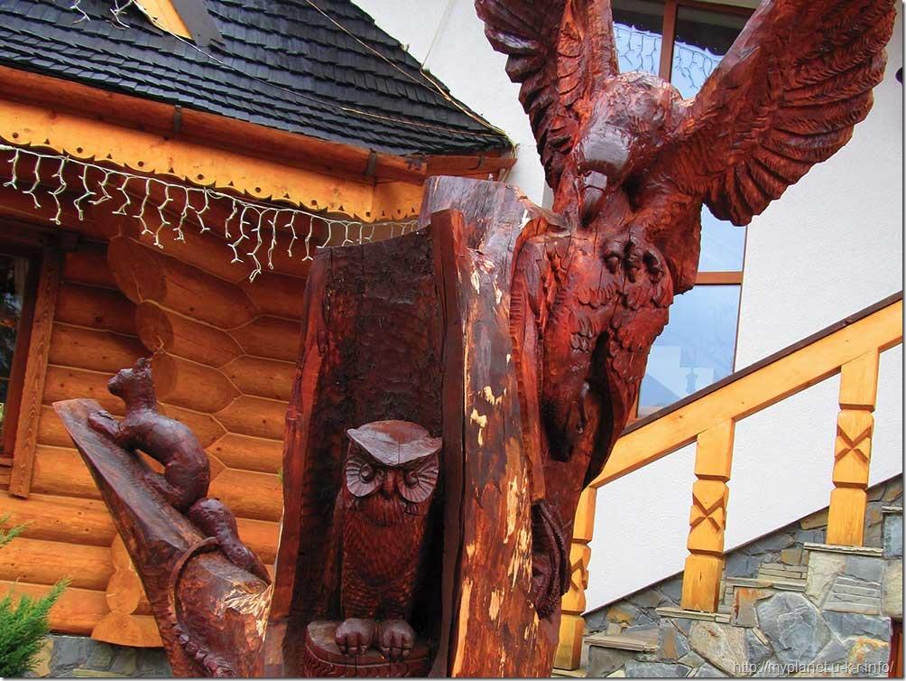 Деревянная скульптура возле оздоровительного комплекса в Яремче