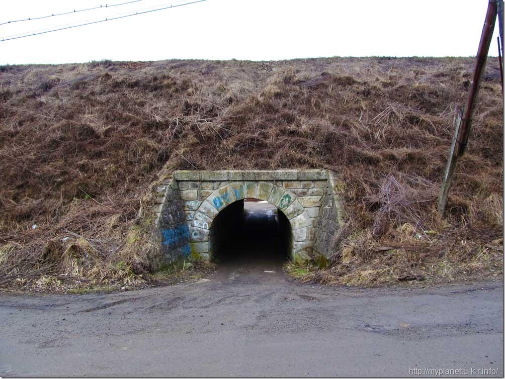 Мини-тоннельчик под железной дорогой в Яремче