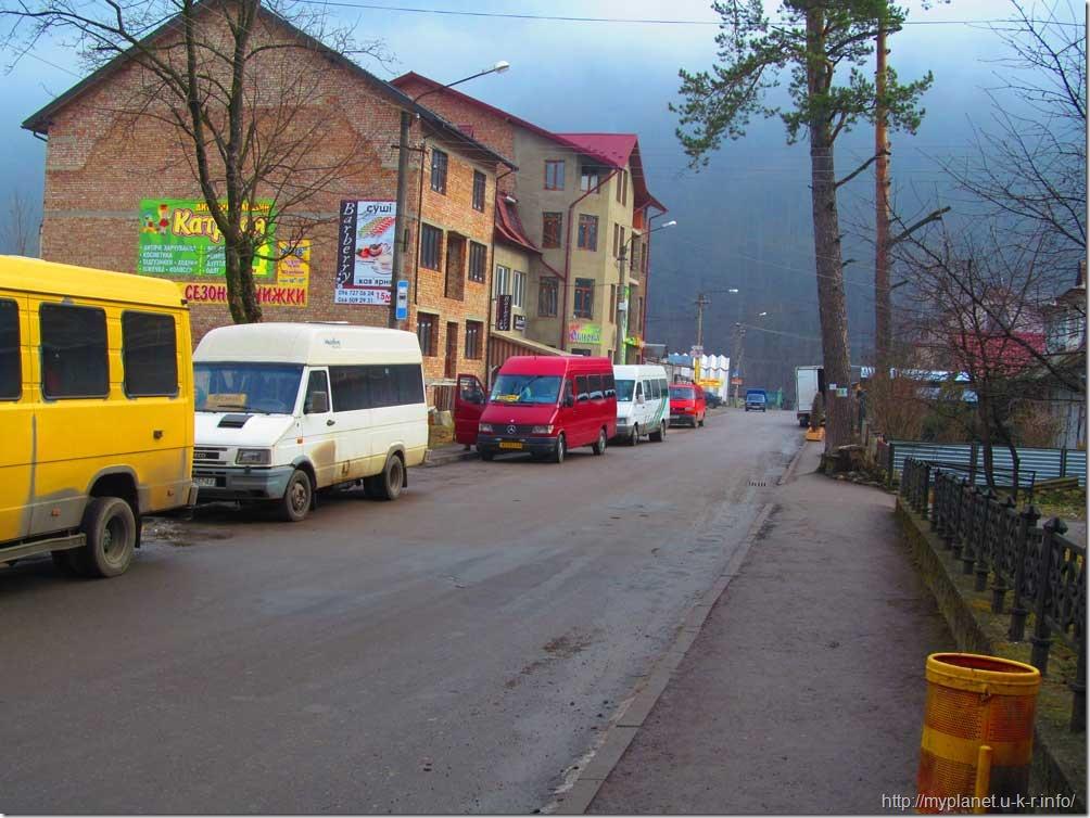 Улица в Яремче впирается в стену горы