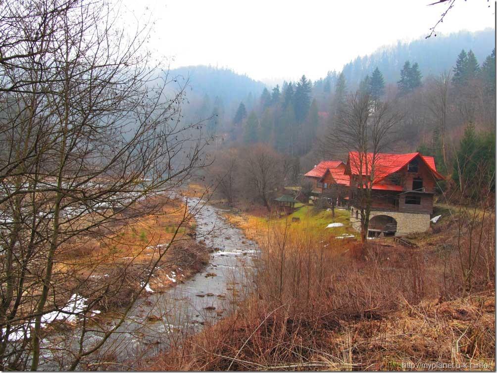 Домик на берегу реки Прут