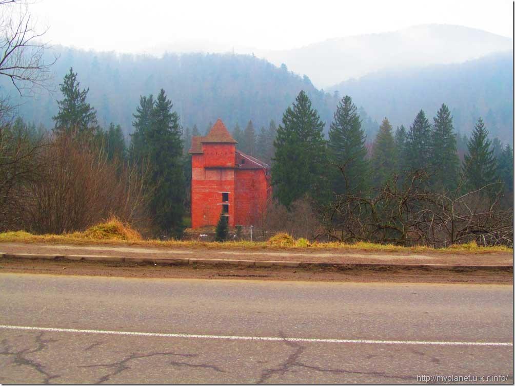 Ніби неприступна башта серед лісу в горах
