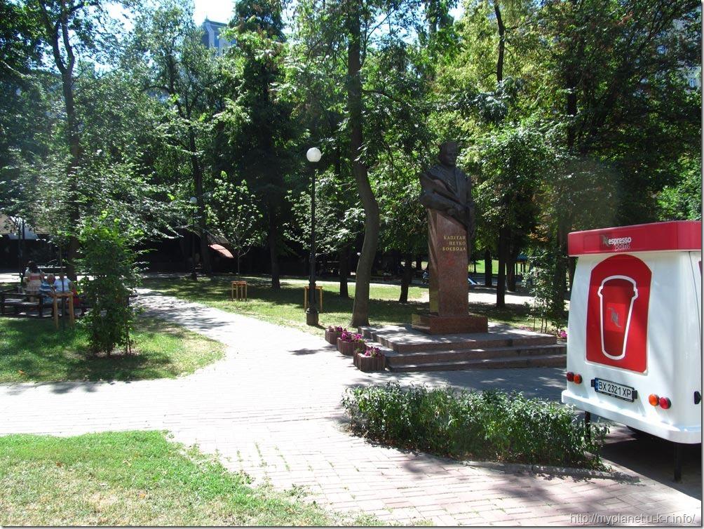 Памятник Капитану Петренко Воевода в сквере Киева