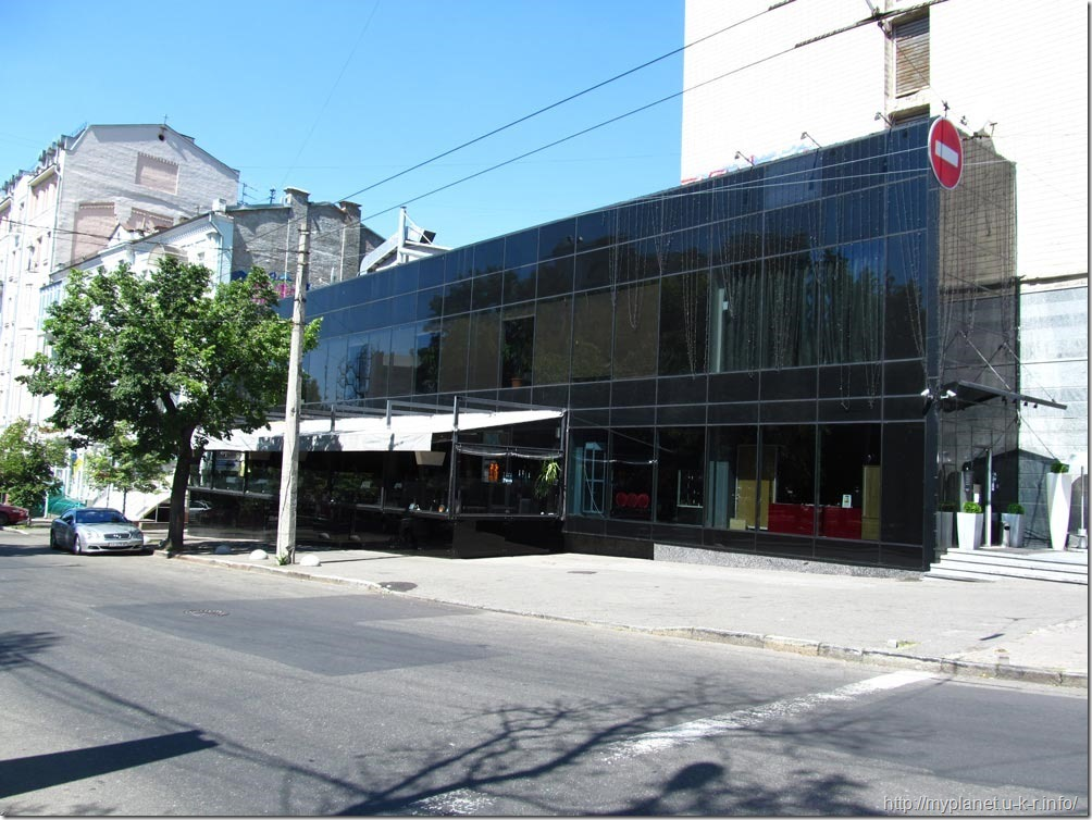 Ресторан в Киеве. Фасад из черного оргстекла
