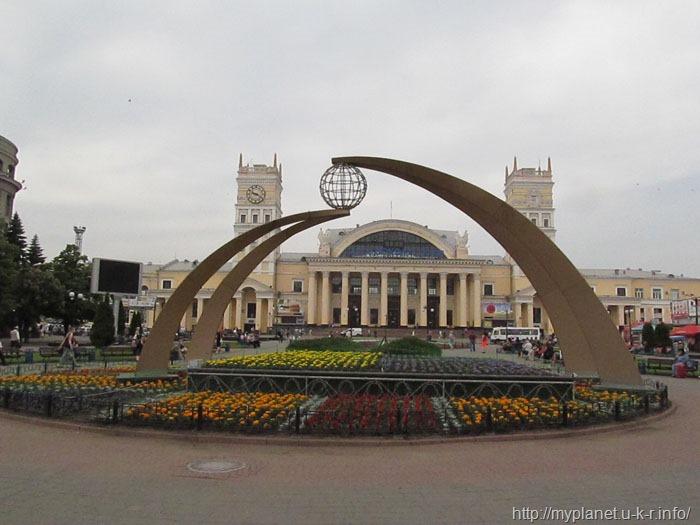 Неизвестная скульптура с глобусом на Привокзальной площади в Харькове