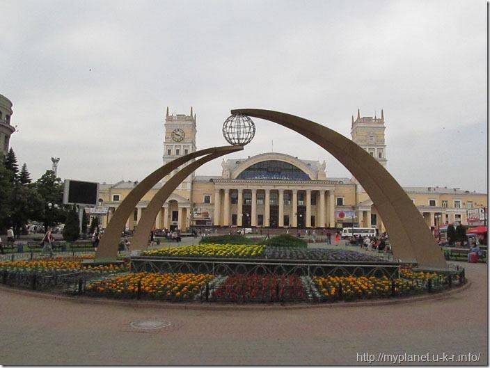 Не відома скульптура з глобусом на Привокзальній площі