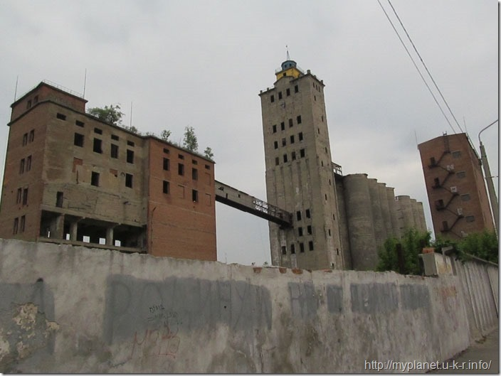 А в цій будівлі можна бойовики знімати)))