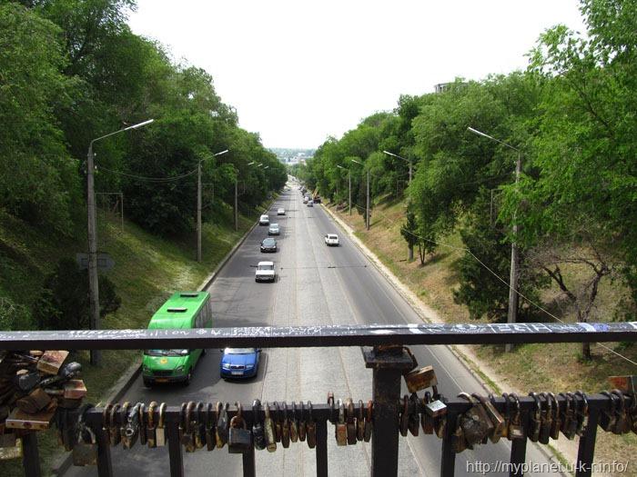 Вид на автомагистраль с моста над землей