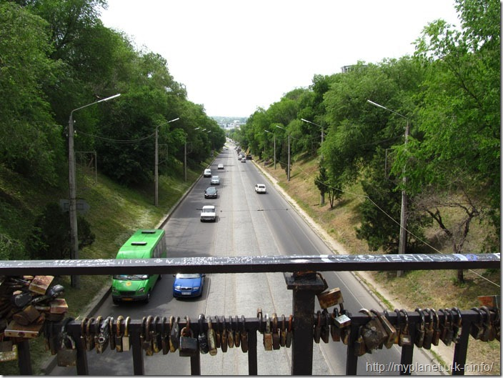 Автомагістраль під пішоходним мостом