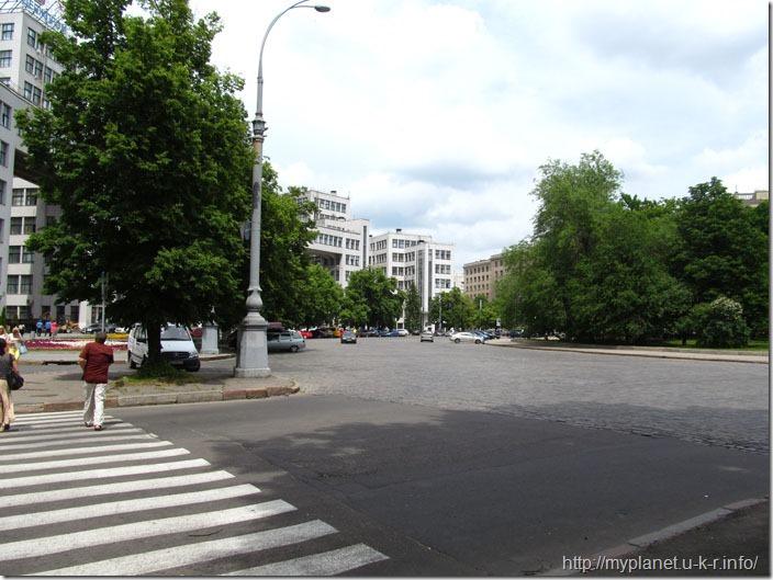 Площа Свободи біля Харківського державного зоопарку
