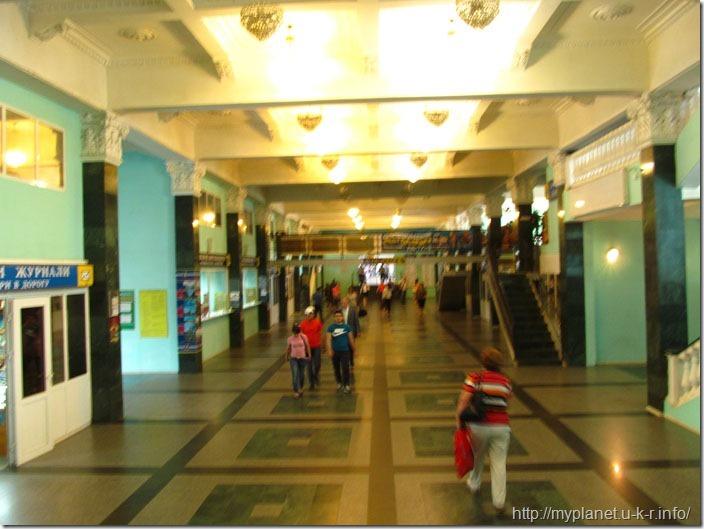 Выход с перона на харьковском вокзале