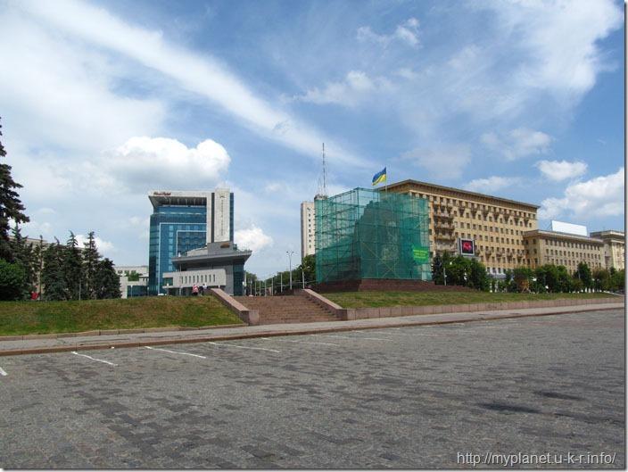 Щось реконструюють на майдані Свободи в Харкові